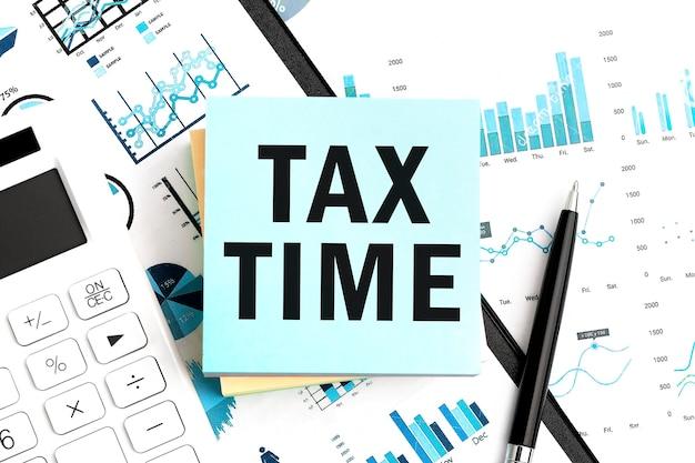 Tekst tax time op blauwe stickers. plat leggen.