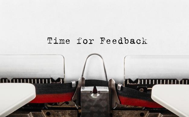 Tekst tijd voor feedback getypt op retro typemachine