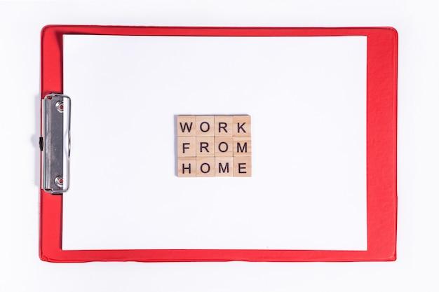 Tekst uit houten brieven coronavirus werken vanuit huis. office rode tablet op het bureaublad. werken tijdens een viruspandemie.