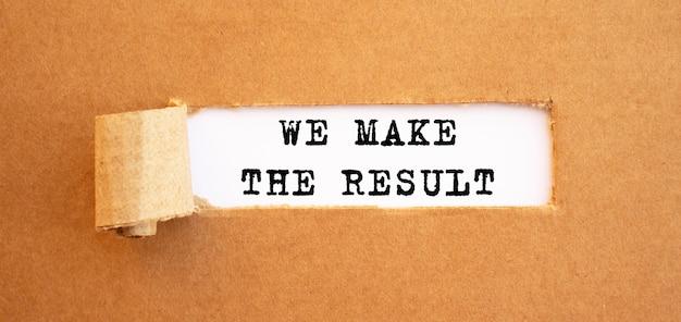 Tekst we make the result verschijnt achter gescheurd bruin papier.