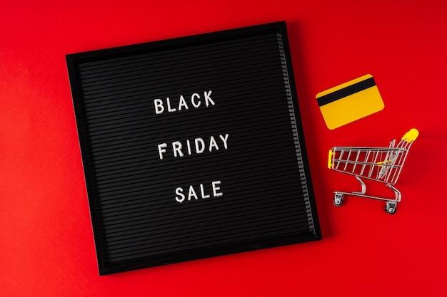 Tekst zwarte vrijdag op zwart letterbord.