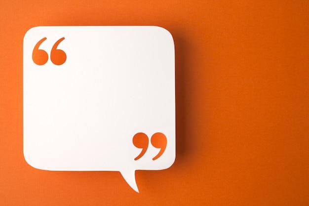 Tekstballon op oranje oppervlak