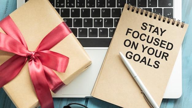 Tekstbord met blijf gefocust op uw doelen. conceptuele foto houd uw motivatieinspiratie.