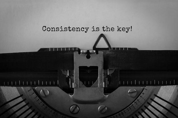 Tekstconsistentie is de sleutel die op retro typemachine wordt getypt