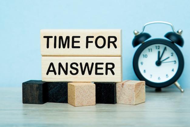 Teksttijd voor antwoord schrijven in kubussen. de wekker . bedrijfsconcept