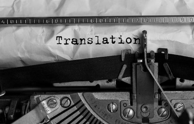 Tekstvertaling getypt op retro typemachine