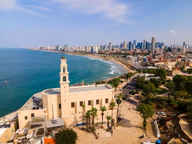 Tel aviv - jaffa, uitzicht van bovenaf. moderne stad met wolkenkrabbers en de oude stad.