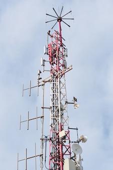 Telecommunicatie-antennes met blauwe hemel