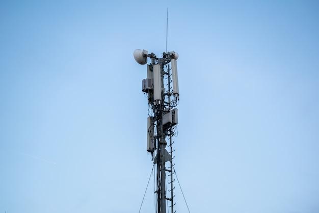 Telecommunicatie mast tv antennes draadloze technologie met blauwe lucht in de ochtend