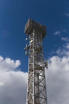 Telecommunicatie mast tv antennes draadloze technologie met blauwe lucht