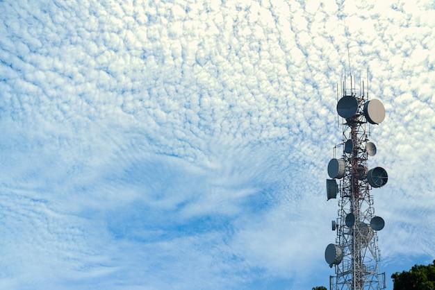 Telecommunicatie op duidelijke blauwe hemel met zonstraal met bewolkt
