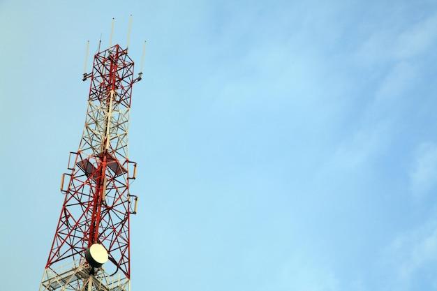 Telecommunicatie radioantenne toren met blauwe hemel