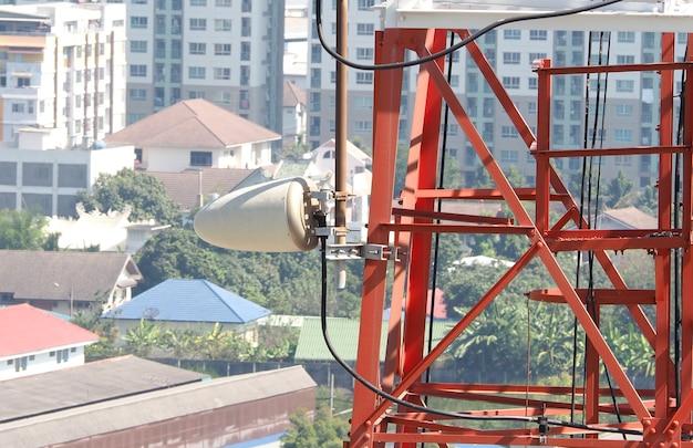 Telecommunicatie toren close-up met rode en witte kleur.
