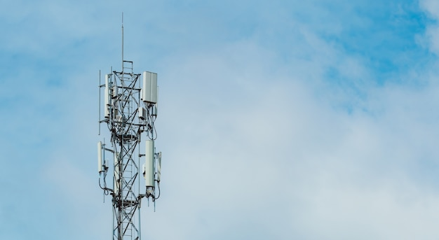 Telecommunicatie toren met blauwe lucht en witte wolken achtergrond antenne op blauwe hemel radio en satelliet paal communicatie