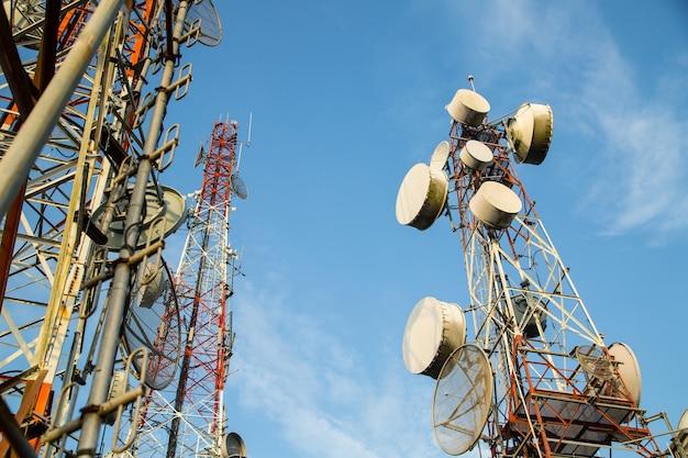 Telecommunicatietechnologie voor uw netwerkverbinding met blauwe lucht.