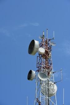 Telecommunicatietoren met antennes. hoge pool voor signaaloverdracht. er zijn zowel draadloze telefoonsystemen als microgolfsystemen.
