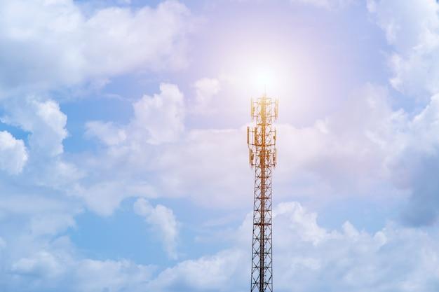 Telecommunicatietoren met blauwe hemel en witte wolkenachtergrond, satellietpoolcommunicatietechnologie.