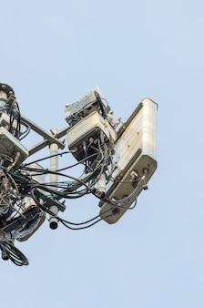 Telecommunicatietoren met de blauwe hemel