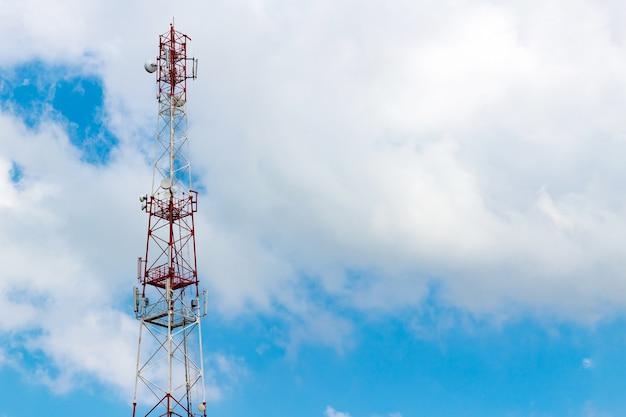 Telecommunicatietoren op de achtergrond van een bewolkte hemel met copyspace