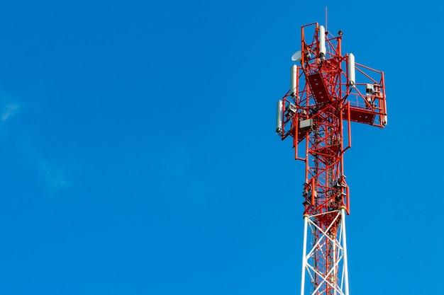 Telecommunicatietoren op een blauwe hemelachtergrond met copyspace