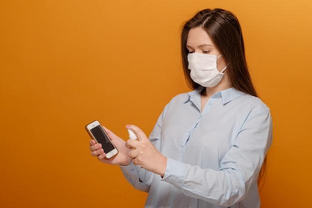 Telefonische desinfectie op gele antiseptische spray