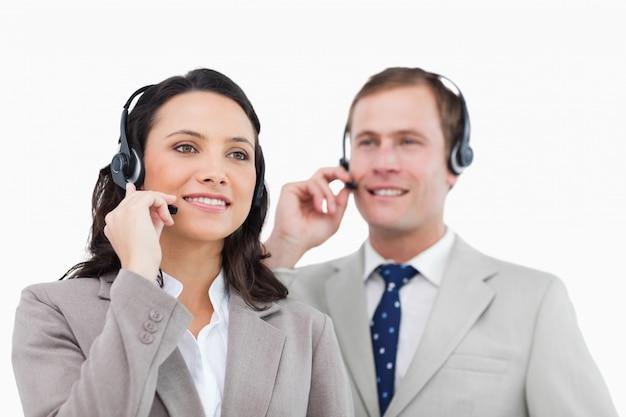 Telefonische helpdeskmedewerkers met headsets