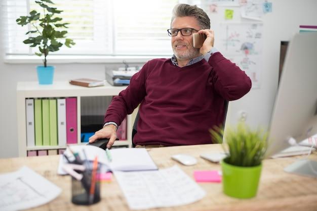 Telefoon als een basishulpmiddel van een zakenman