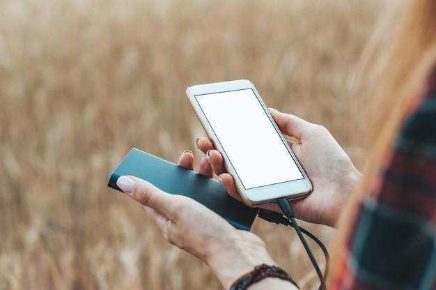 Telefoon en de bank in de hand van een meisje