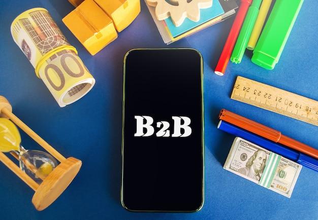 Telefoon met het opschrift b2b een bedrijf gaat een commerciële transactie aan