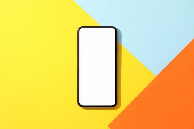 Telefoon met leeg scherm op veelkleurige oppervlak