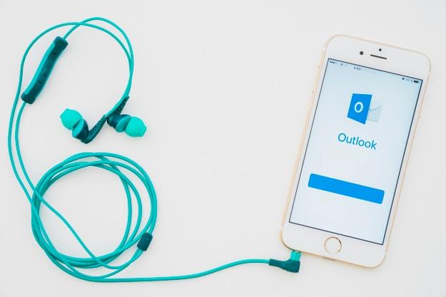 Telefoon met outlook app en oortelefoons