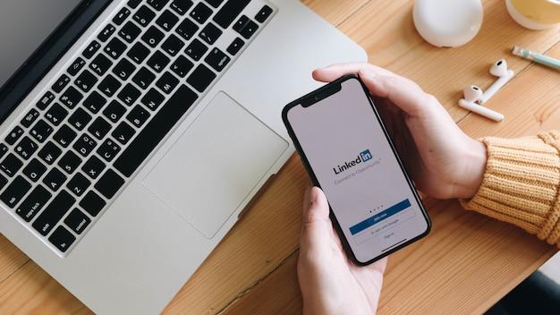 Telefoon met sollicitatie op het scherm. linkedin is een bedrijfsgerichte sociale netwerkdienst.