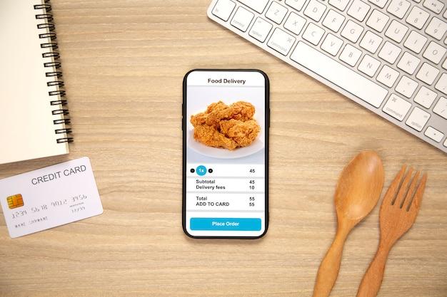 Telefoon vasthouden met voedsel voor bezorging van applicaties