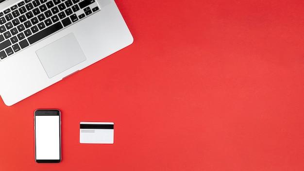 Telefoonmodel omhoog op rode achtergrond met exemplaarruimte