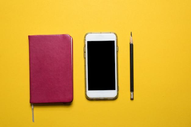 Telefoons, communicatie-apparaten geplaatst op een gele achtergrond