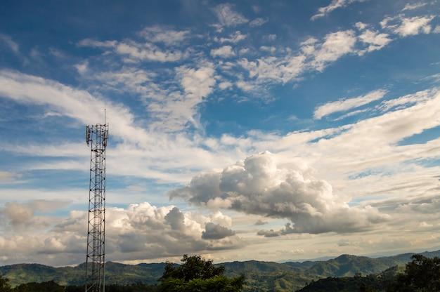 Telefoontorens bevinden zich op de hoge berg, om signalen over het gebied te verzenden.