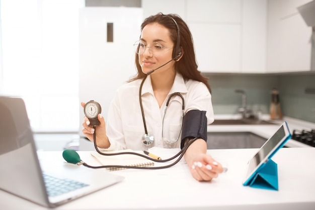 Telegeneeskunde. een vrouwelijke arts werkt vanuit huis
