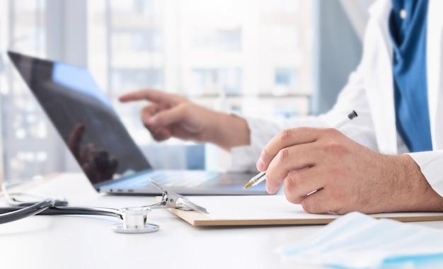 Telegeneeskunde of telezorgconcept. arts die een externe medische raadpleging via internet geeft