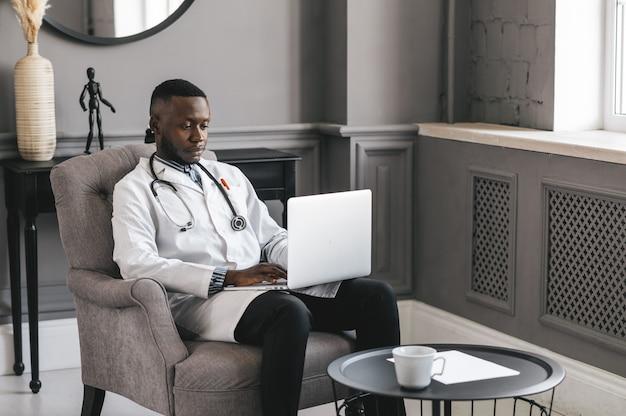 Telehealth met afspraak met virtuele arts en online therapiesessie. zwarte dokter online conferentie.