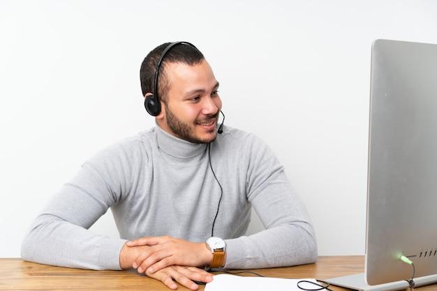 Telemarketeer colombiaanse man aan het werk in een kantoor