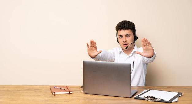 Telemarketeer man maakt stop gebaar en teleurgesteld
