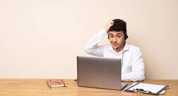 Telemarketeer man met een uitdrukking van frustratie en niet begripvol