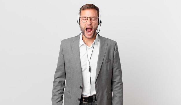 Telemarketeer zakenman agressief schreeuwen, erg boos kijken