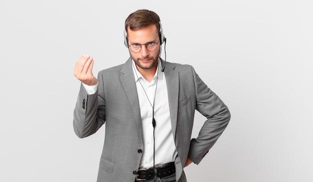 Telemarketeer zakenman die capice of geldgebaar maakt en u zegt te betalen