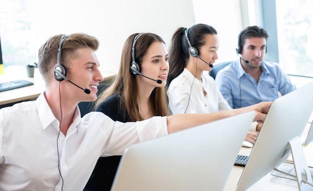 Telemarketingteam die in call centerkantoren samenwerken