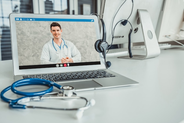 Telemedicine-service online videogesprek voor arts om actief met de patiënt te chatten
