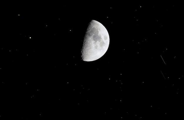 Telescoop kijkend naar de lucht