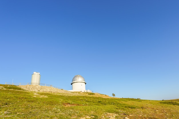 Telescoop op de top van een berg in het astrofysisch observatorium van javalambre teruel spanjeuel