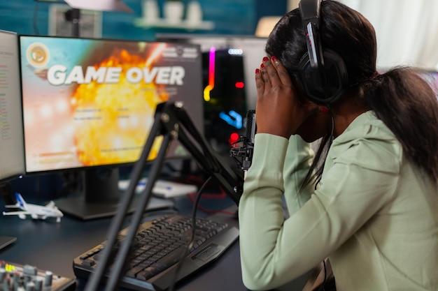Teleurgestelde afrikaanse online game-streamer die kampioenschap verliest, internet-multiplayers. professionele gamer die online videogames streamt met nieuwe graphics op een krachtige computer.