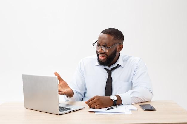 Teleurgestelde afrikaanse zakenman is versuft en verward door een fout in officiële documenten.